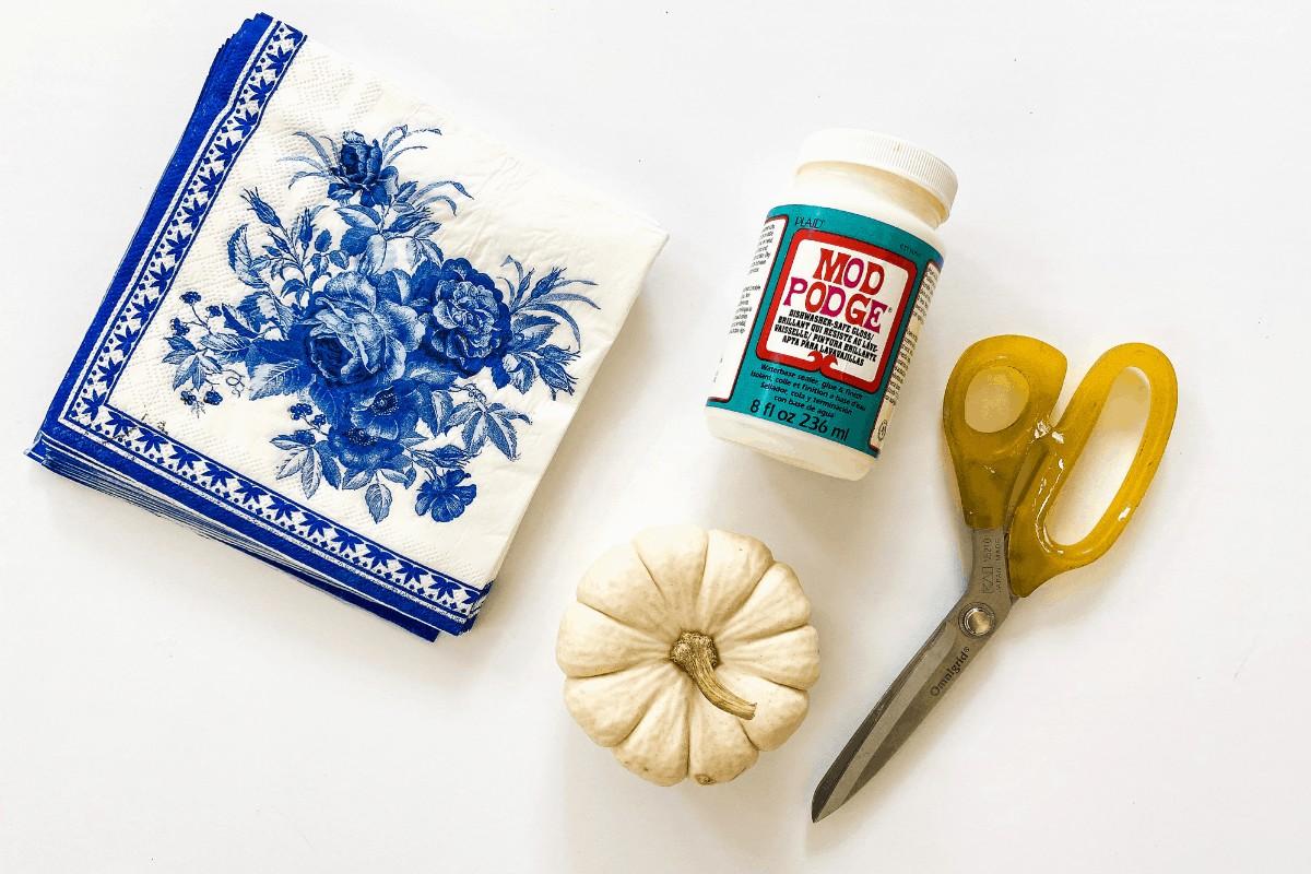 DIY blue and white pumpkins _ Diy chinoiserie pumpkins